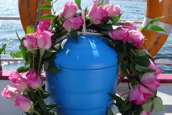Urne für die Seebestattung auf der Ostsee vor der Insel Rügen