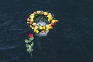 Seeurne von Seebestattung Rügen im Wasser mit Rosen