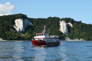 Rügen Kreideküste der Hafenstadt Sassnitz mit der MS Alexander