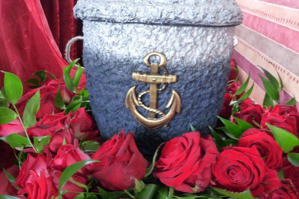 Urne mit Anker für Seebestattung vor Rügens Kreideküste