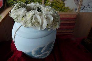 Bestattungsurne mit Blumen für die Seebestattung vor Rügen